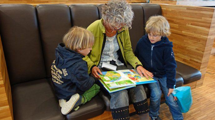 Oma liest Enkeln vor